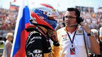 Vitaly Petrov and Éric Boullier on the grid in Hungary