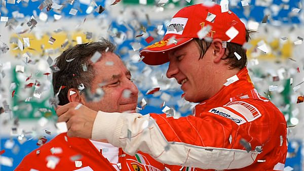 Sidepodcast F1: Kimi hugs his boss on the podium as he wins the title in 2007