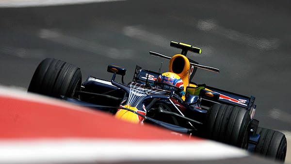 Sidepodcast F1: Webber shows the gradient of the track, with the grid in the background