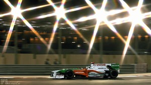 Adrian Sutil tries to avoid Trulli in Abu Dhabi